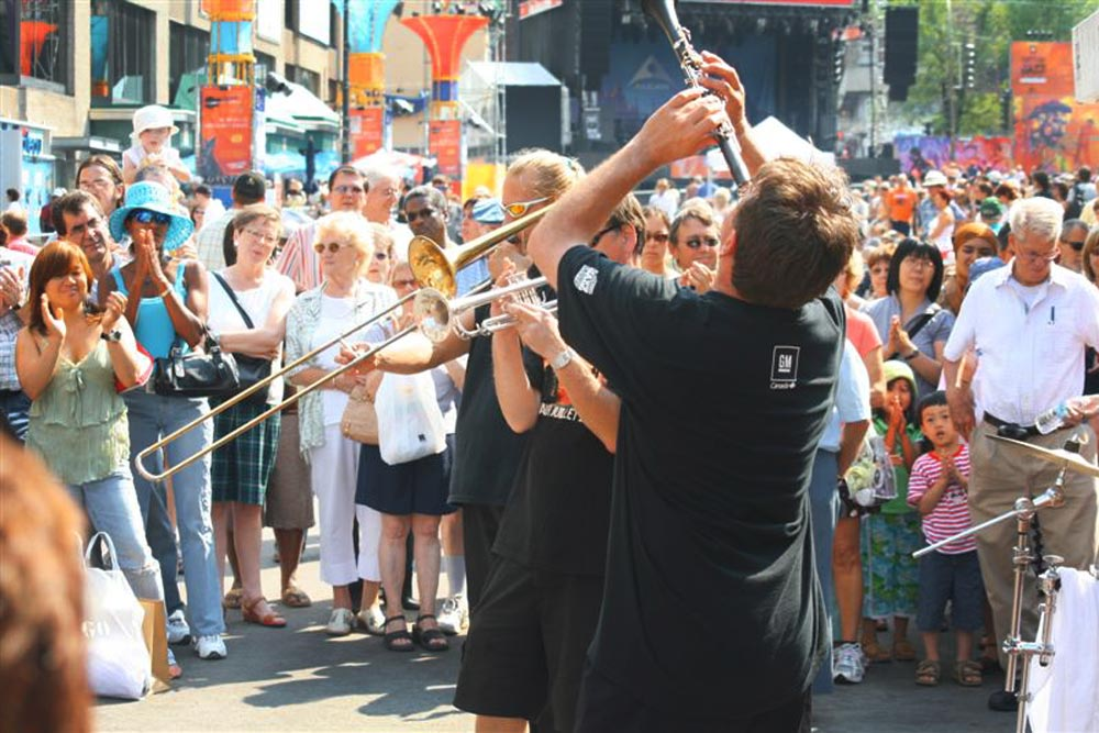 Street performers at Montreal Jazz Fest