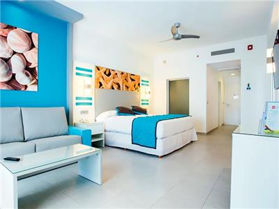 cancun chat rooms In addition to an immaculate king size master bedroom with large en-suite bathroom and whirlpool, this suite has a lock-off unit boasting a king or two queen size beds in addition to a murphy bed in the stylish living room.